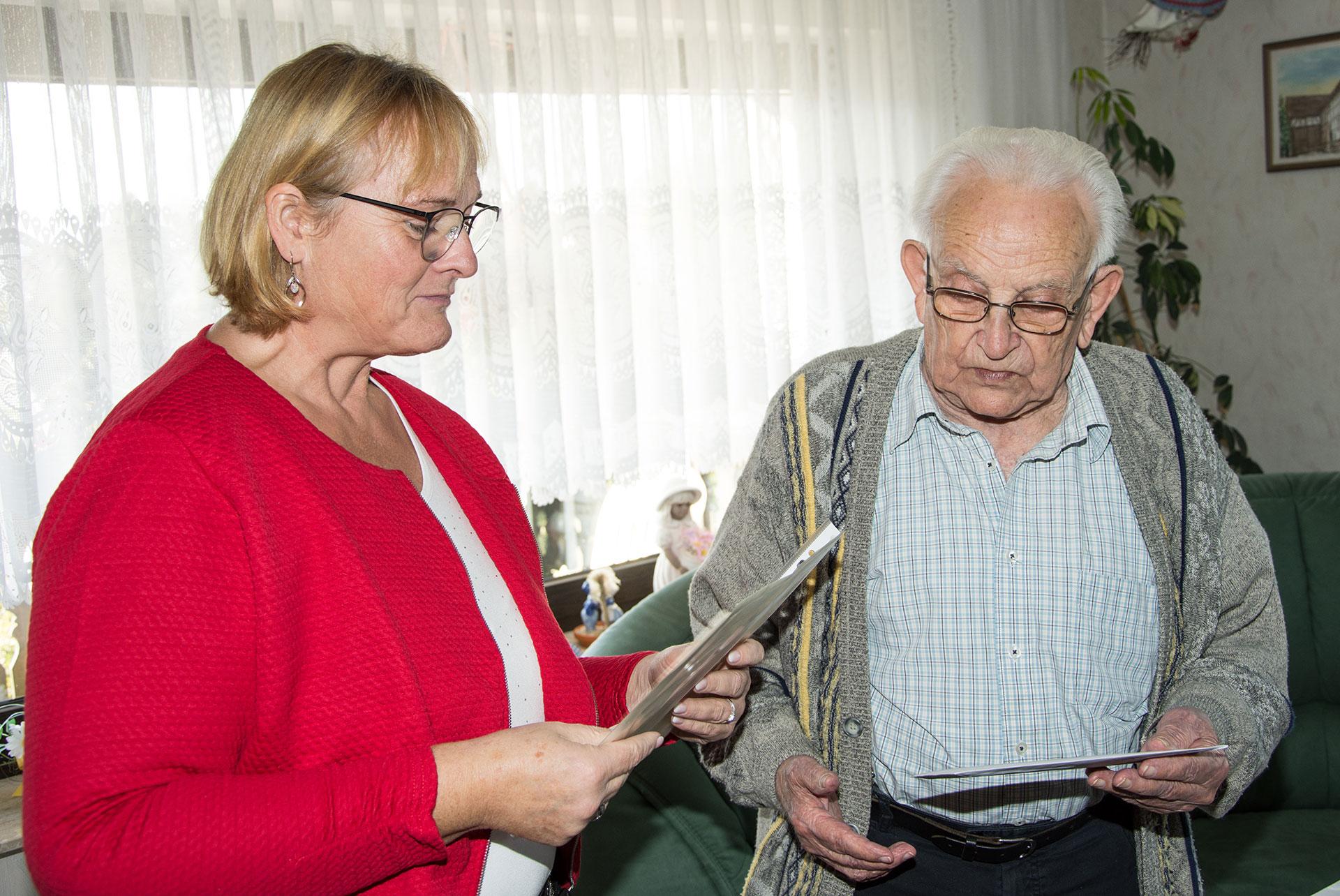 Nora Mannel vom Gemeindevorstand überbrachte die Glückwünsche des SPD-Ortsvereins zum 90. Geburtstag von Hans Fischer.