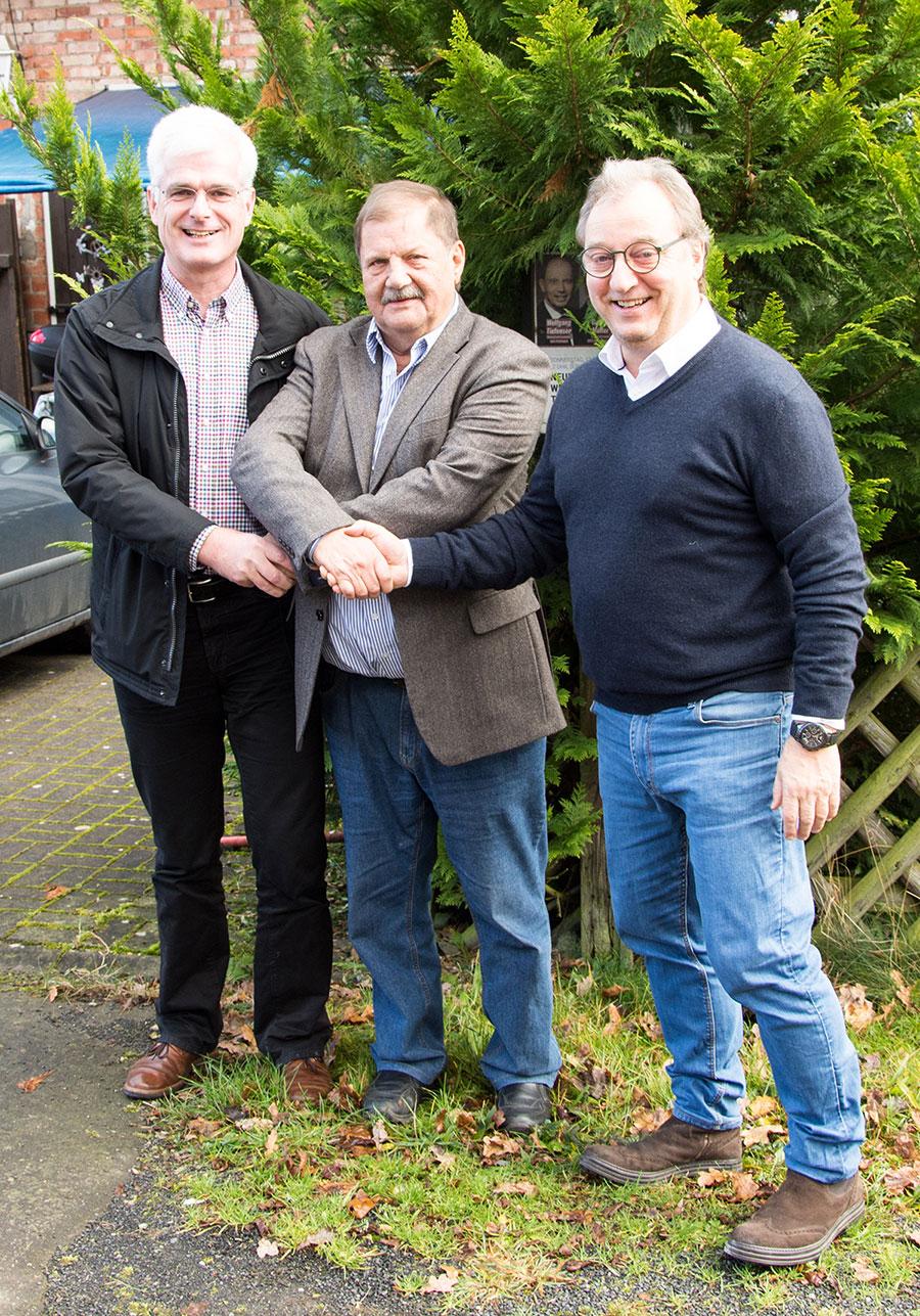 Der SPD-Landtagsabgeordnete Torsten Warnecke (L) und der 1. Vorsitzende des SPD-Ortsvereins Schenklengsfeld Gunter Müller (R) gratulieren Johannes Hesse (M) zum 70. Geburtstag.