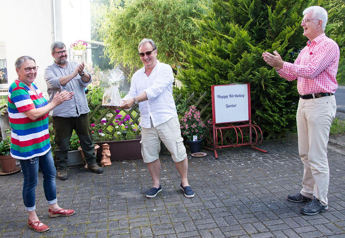 Herzlichen Glückwunsch! Unser Vereinsvorsitzender Gunter Müller ist 60 Jahre alt geworden. Ein Präsent wurde übergeben von: (v.l.) Christa Landsiedel, Thomas Giese (Geschäftsführer Unterbezirk HEF-ROF) und Torsten Warnecke (MdL).
