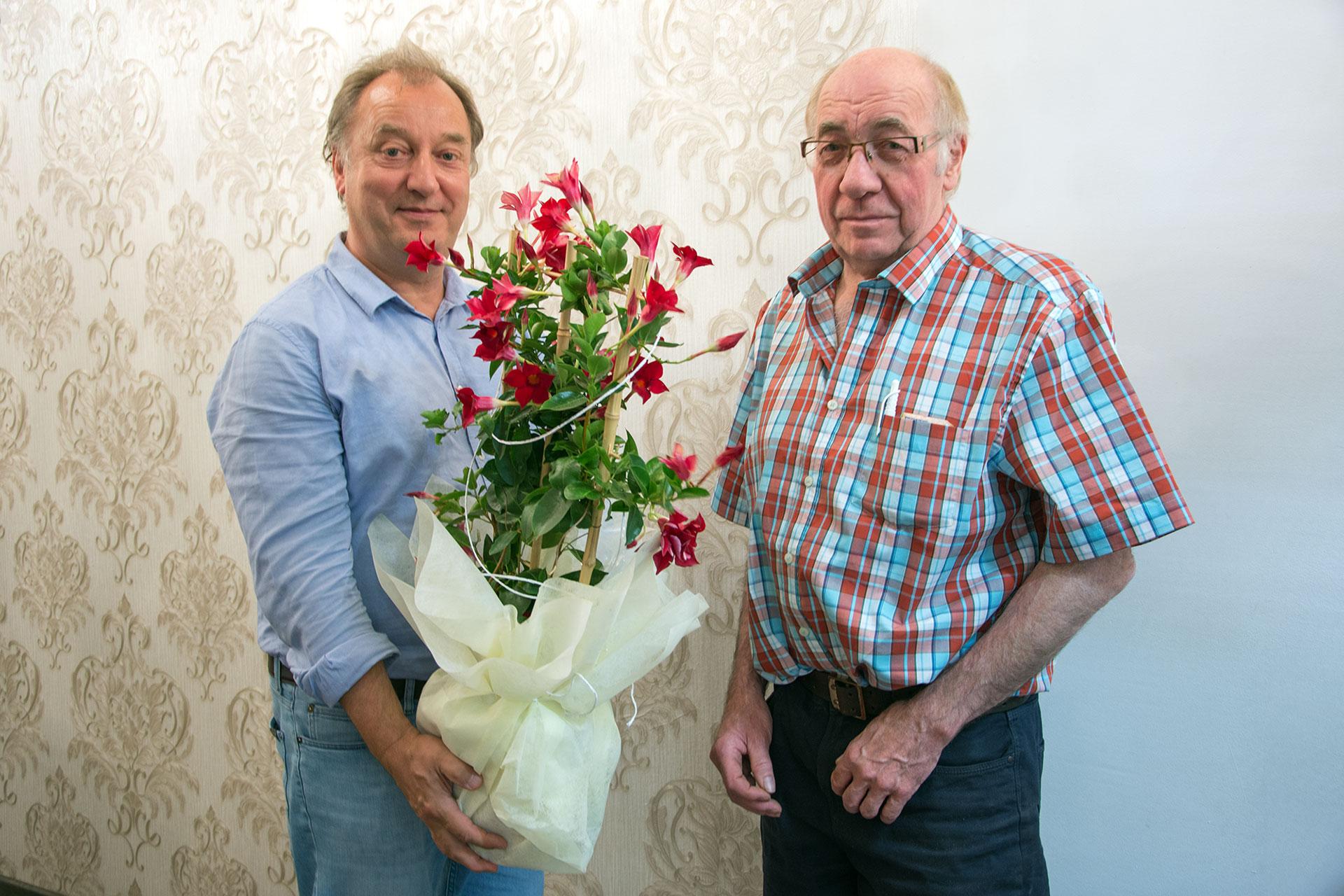 Wir gratulieren Bäckermeister Willi Bock zum 70. Geburtstag. Unser Vorsitzender Gunter Müller übergibt ein Präsent. Willi Bock ist seit über 50 Jahren Mitglied der SPD. Herzlichen Glückwunsch!