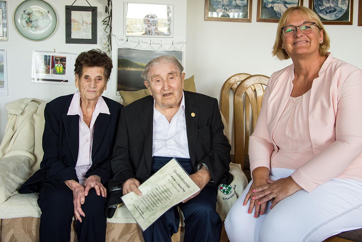 Zur Gnadenhochzeit von Anna und Hans Frey gratulieren wir ganz herzlich. Der 96-jährige Genosse Hans ist seit über 50 Jahren Mitglied der SPD. Bild: Nora Mannel vom Gemeindevorstand überbringt die Glückwünsche des SPD-Ortsvereins Schenklengsfeld